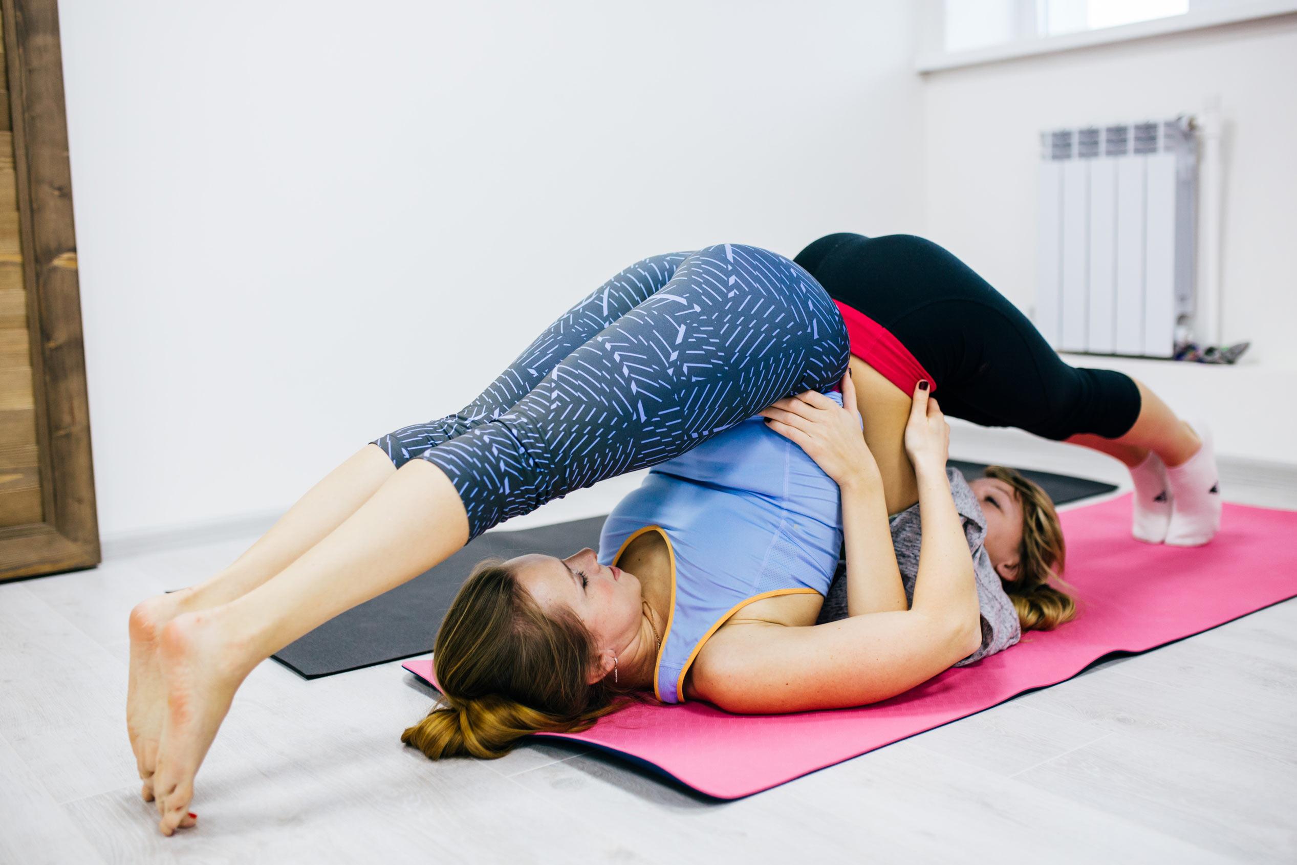 Упражнения йоги для начинающих в домашних условиях фото
